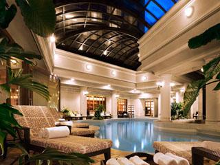 開閉式の天井を持つ全天候型の室内プール