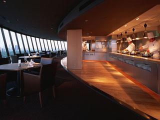 ホテルニューオータニ 世界最大級の360度回転レストランでは、鉄板焼きや寿司等を好きなだけ楽しめる