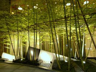 ホテルメトロポリタン 松竹梅などの木々が迎える池袋駅側エントランス。春には桜が咲き四季を感じます