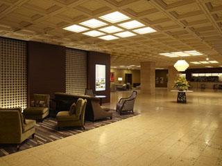 東京プリンスホテル 重厚感とモダンさが調和した落ち着きのあるロビー