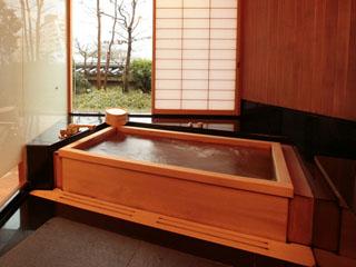ホテル雅叙園東京(旧:目黒雅叙園) 和洋室は大理石、和室は檜の浴室。ジェットバス、スチームサウナ、TVを完備