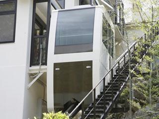 小田急 ホテルはつはな スロープカーを使うと階段を避けて大浴場へ向かえます