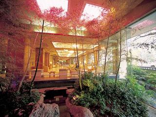 ホテル河鹿荘 【ロビー】玄関を入ってすぐに竹の庭、広々としたロビー
