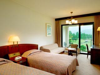 箱根仙石原プリンスホテル 客室全室にバルコニーがあり、雄大な箱根外輪山と大箱根カントリークラブが望めます