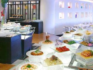 ヨコハマ グランド インターコンチネンタル ホテル ご朝食はブッフェレストランできらめく海を眺めながら