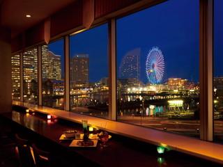 横浜桜木町ワシントンホテル 5階ダイニング&バー「BAYSIDE」店内からの夜景
