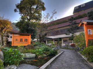 吉池旅館 自家源泉の恵みをかけ流しで、一万坪庭園を自然散策路で。吉池温泉に浸かり、庭園を愛でる「一夜湯治」の旅。