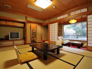 吉池旅館 畳にお布団、伝統的な日本の旅館の佇まいです