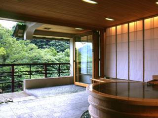 強羅花壇 客室は円形檜風呂を備えるなどの趣向を凝らしている