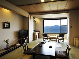強羅花扇 早雲閣 窓のすぐ向こうに箱根の豊かな自然が広がる、穏やかな雰囲気の客室
