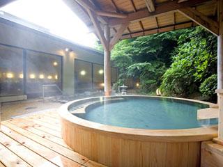 湯本富士屋ホテル 女性檜露天風呂。さらりとしたやわらかな泉質の湯は美肌効果が高い単純アルカリ泉