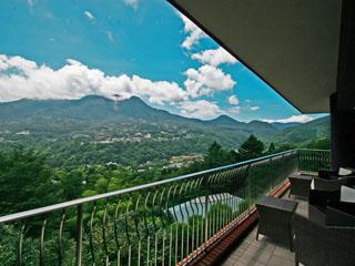 箱根エレカーサ ホテル&スパ テラスから望む景色は四季折々の顔を見せる