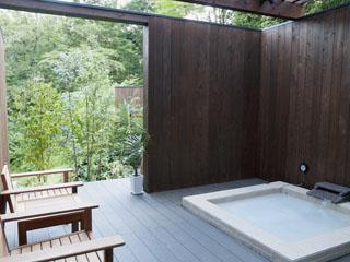 コンフォートツインタイプC。ウッドデッキと視界を遮らないロータイプの露天風呂