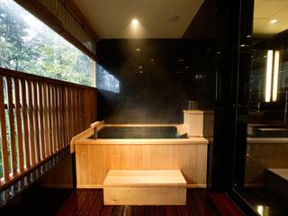 箱根・翠松園 全室自家源泉かけ流しの客室露天風呂付き。全風呂にTVモニター完備
