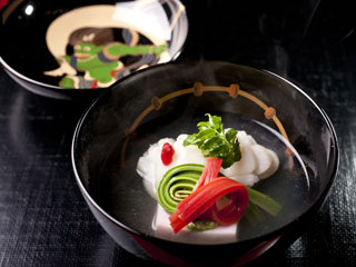 箱根・翠松園 箱根随一の料理旅館。レストランのラストオーダー、夕食22時・朝食11時も魅力