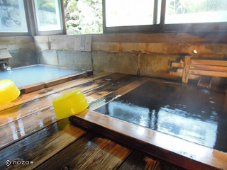 美肌の湯 きのくにや 木造りの湯小屋の中に檜の四角い浴槽が2つ並んだ「正徳の湯」。