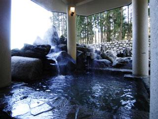 エンゼルグランディア越後中里 庭園の一角に配した24時間営業の本館露天温泉