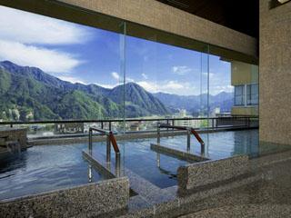 水が織りなす越後の宿 双葉 最上階にある男性用大浴場「ぱぱらく」。湯沢の街並、山々が広がります