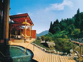 水が織りなす越後の宿 双葉 「里の湯の露天風呂」(男女入替制)。自然の景色がお楽しみ頂けます