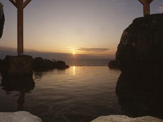 大観荘せなみの湯 夕陽が湯面に溶け込む渚の大露天風呂