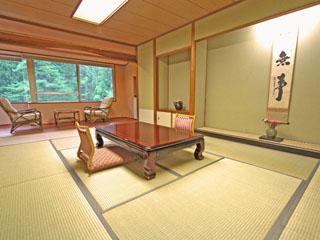風雅の宿長生館 長生館の客室は全室から五頭の庭園を眺められます。
