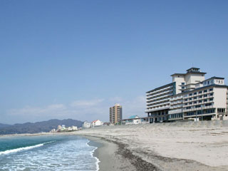 夕映えの宿汐美荘 ホテル全景。海は目の前!全室オーシャンビュー