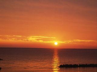 夕映えの宿汐美荘 日本海に沈む夕日は季節ごとに表情を変える