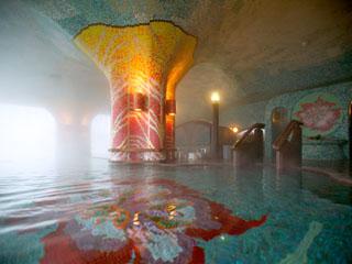 加賀屋 イタリア製タイルが鮮やかな温泉。ガラス越しに広がる海とデザインが見事に調和