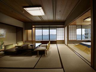 加賀屋 雪月花客室。広い敷地に、控えの間、広縁があって、純和風の落ち着いた空間のお部屋