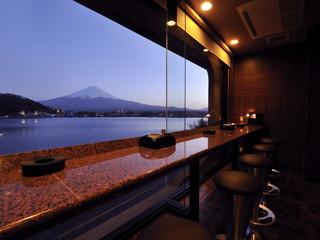 湖山亭うぶや 2Fのラウンジは富士山と河口湖を見ながらごゆっくり頂ける空間となっております