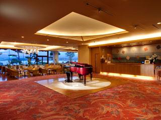 秀峰閣湖月 エントランスをくぐれば優しいピアノの調べでお迎え