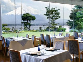 秀峰閣湖月 湖の水面の煌めきと凛とたつ富士山を一望できるレストラン