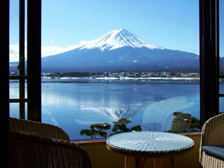 秀峰閣湖月 広いラウンジから河口湖の風景を堪能