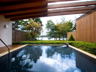 ホテルアンビエント蓼科 女神湖を目の前に臨む天然温泉。女神湖展望露天風呂