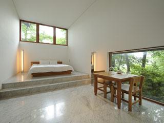 星野リゾート 軽井沢ホテルブレストンコート 白一色に包まれたデザインが特徴のデザイナーズコテージ