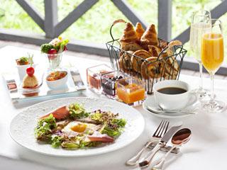 星野リゾート 軽井沢ホテルブレストンコート 別荘客も訪れる人気の朝食は高原野菜たっぷりのタパススタイルとそば粉のガレット