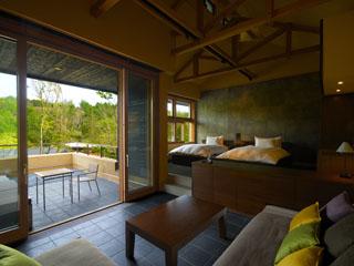星のや軽井沢 広々とした客室は一室ごとに趣が異なり、リビングと寝室が独立している