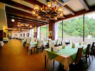野沢グランドホテル お食事は景観の良い中庭に面したダイニングで