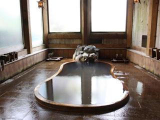 鎌倉風呂-白い湯花の湧く瓢箪型の風呂。泉質は館内で三種類