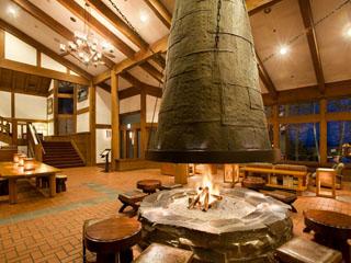 蓼科東急ホテル 大きな暖炉が印象的なラウンジ「アゼリア」
