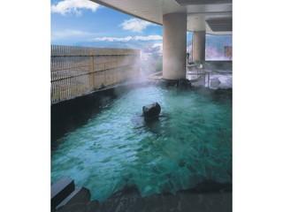 ホテルアソシア高山リゾート 2階層にまたがる温泉。飛騨有数の種類を誇る湯面の向こうは北アルプスの大パノラマ