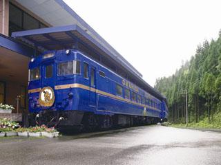 奥飛騨ガーデンホテル焼岳 ホテル前には、ブルートレインが、カラオケ列車として停車