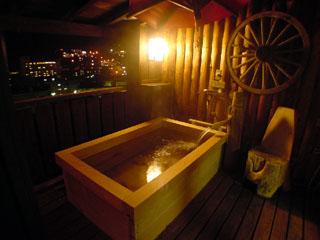 紗々羅 下呂温泉の夜景が一望できるひのき露天風呂客室。温泉もお食事もお部屋で湯ったりと