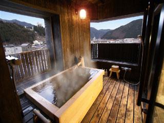 紗々羅 朝日がきれいな森山館のひのき露天風呂(10帖)。お部屋で食事可。食事処でもOK