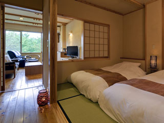 匠の宿 深山桜庵 木のぬくもりある客室。畳の上に和ベッド(2台)を用意しました