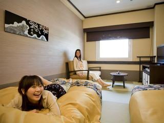飛騨花里の湯 高山桜庵 低めの和ベッドをご用意。畳張りなので素足で寛げる
