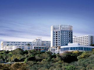ハトヤホテル 高台に位置し、伊東の街並みや相模湾のきらめき、天城の峰の山々を望むロケーション