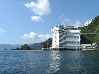ホテルニューアカオ 海面にせり出して建っているオーシャンフロントホテル