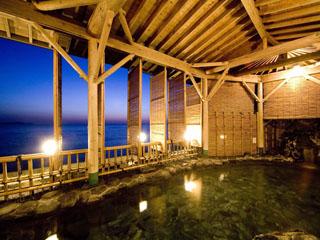 ホテルニューアカオ 開放感のある露天風呂は、朝夕問わず絶景が愉しめる