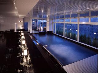 ホテルラヴィエ川良 (大浴場)毎分60Lを各湯船に注いでおります。室内温泉プールもあります